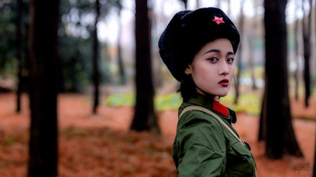 Девушка в солдатской форме