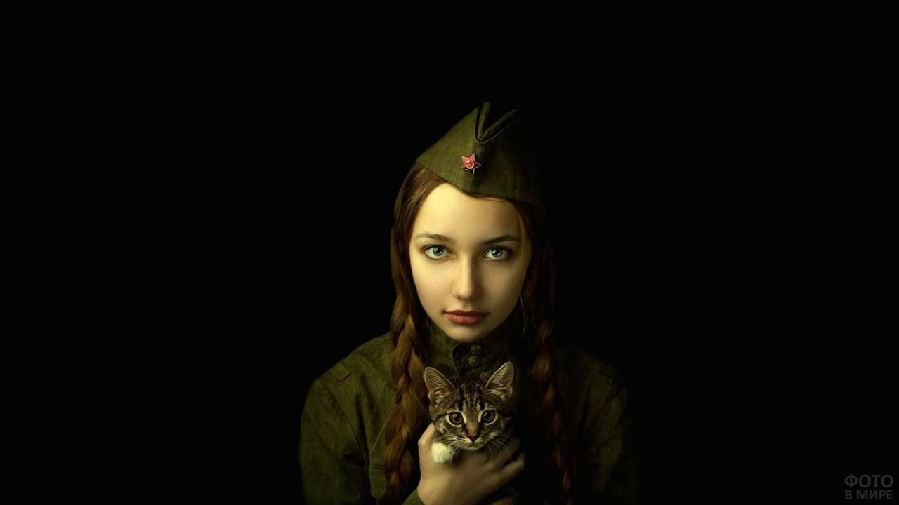 Девушка в военной форме на тёмном фоне