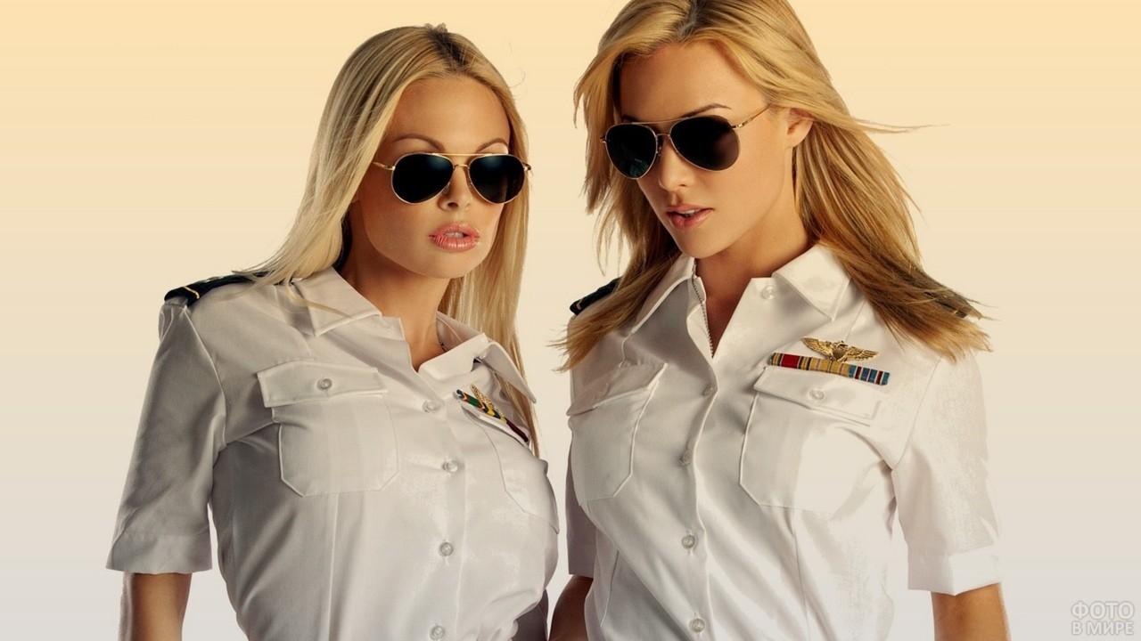 Две стюардессы в униформе