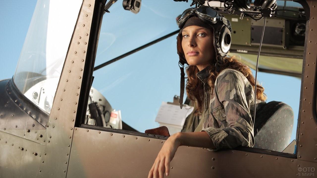 Фотосессия девушки-лётчицы