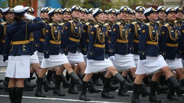 Курсантки на параде Победы