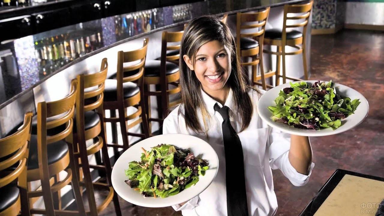Официантка ресторана с блюдом
