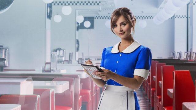 Официантка в сине-белой униформе