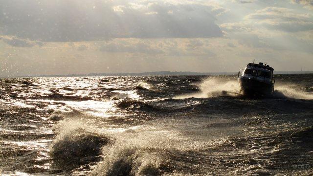 Катер в шторм в Таганрогском заливе