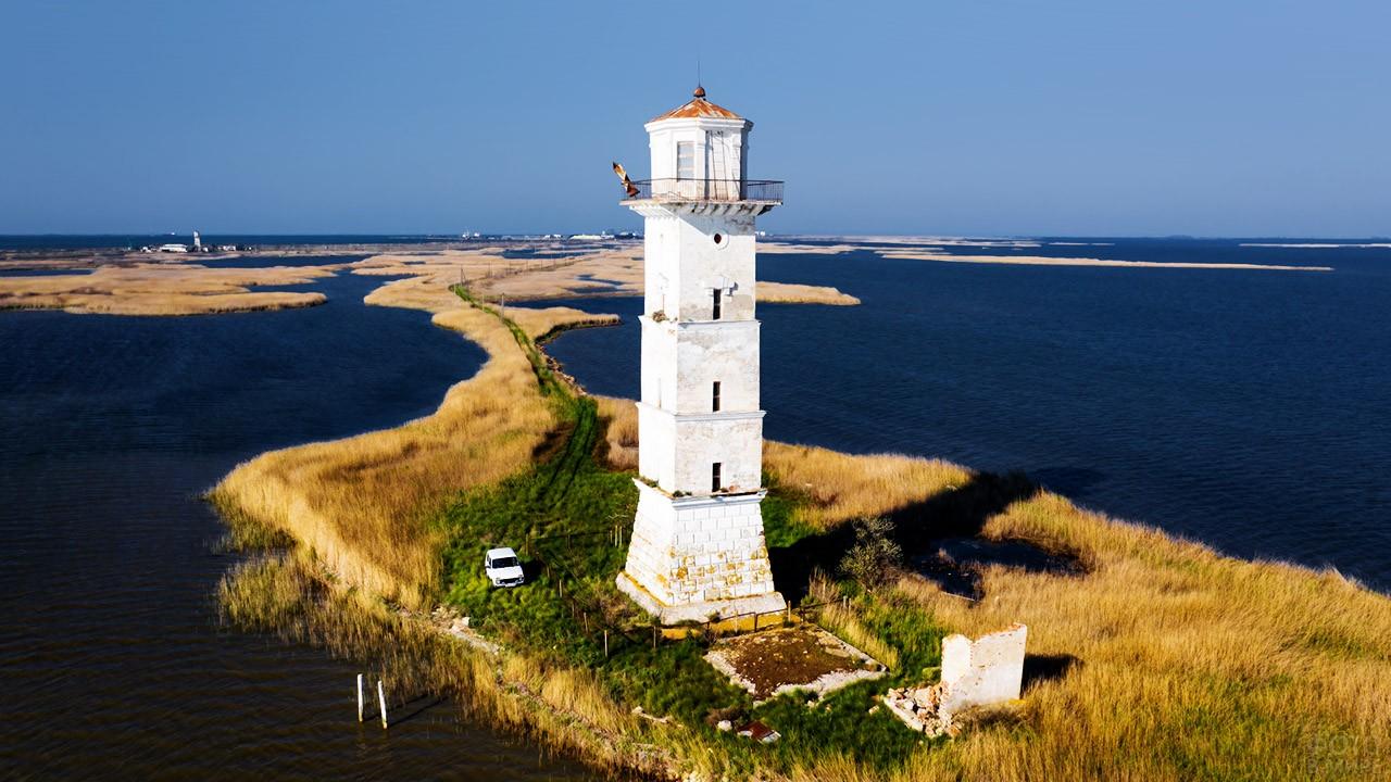 Маяк на границе Чёрного и Азовского морей