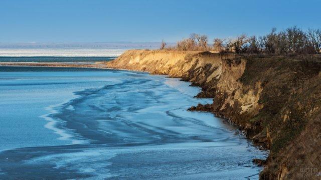 Обрывистый берег над замёрзшим морем