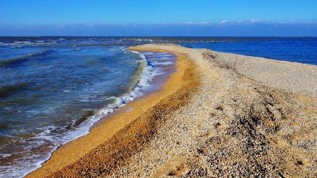 Прибой на ракушечном пляже косы Долгая