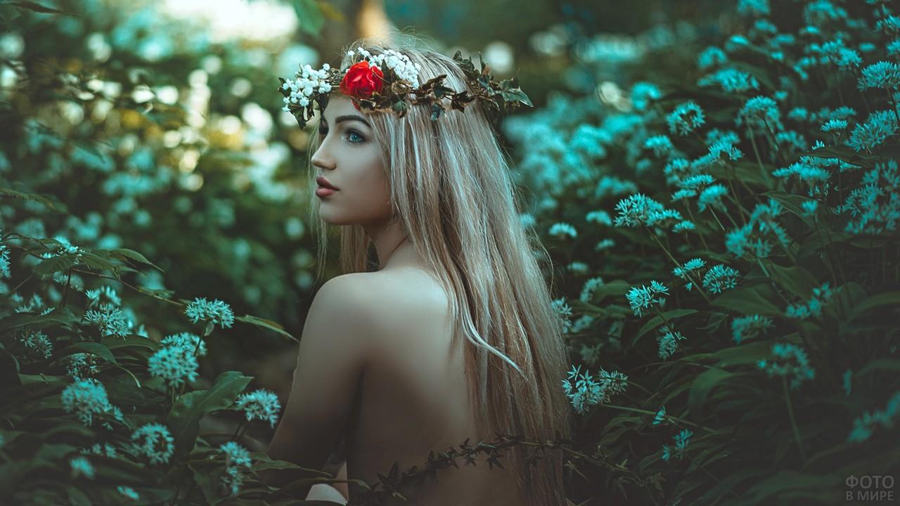 Блондинка с венком на голове
