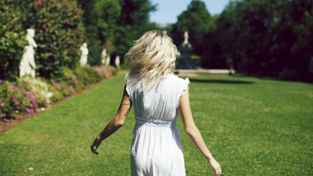 Блондинка в летнем парке
