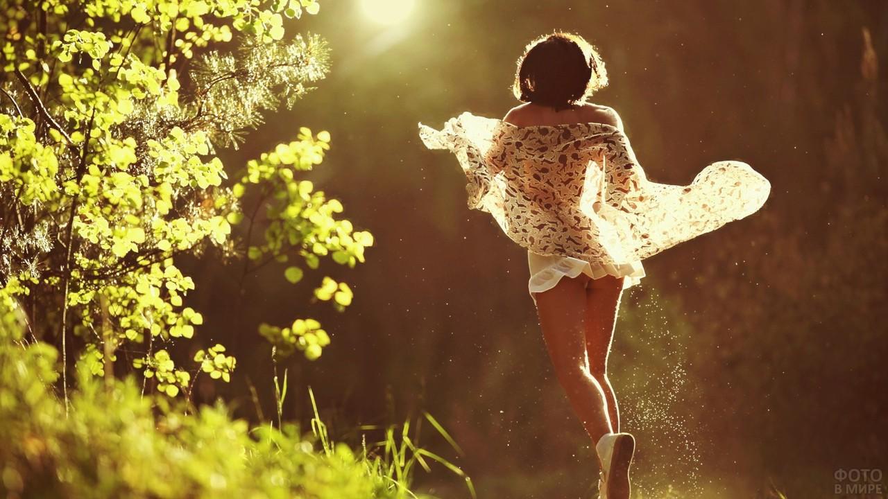 Девушка бежит в платье