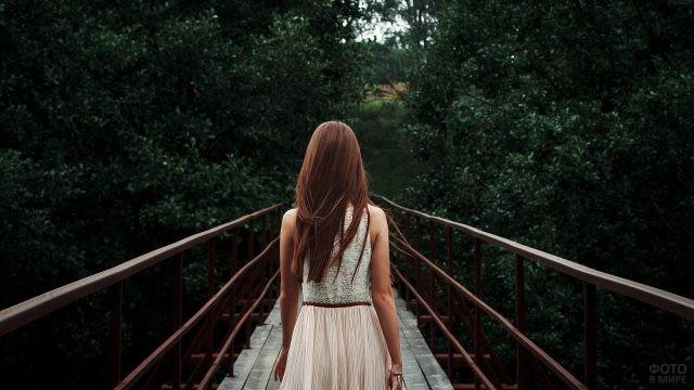 Девушка идёт по мостику