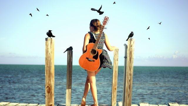 Девушка с гитарой у реки