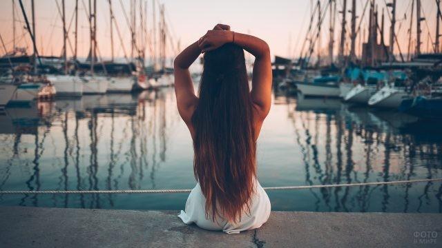 Девушка смотрит на корабли