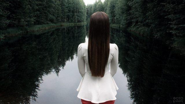 Девушка смотрит вдаль