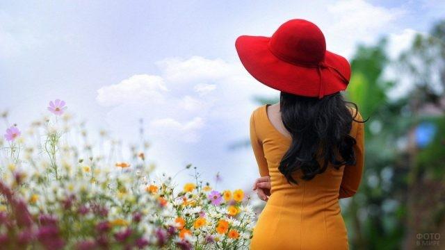 Девушка в красной широкополой шляпе