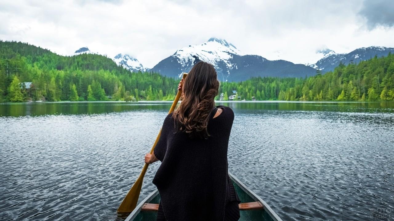 Девушка в лодке с веслом