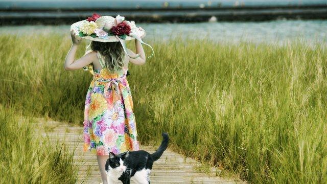 Девушка в шляпе и с кошкой