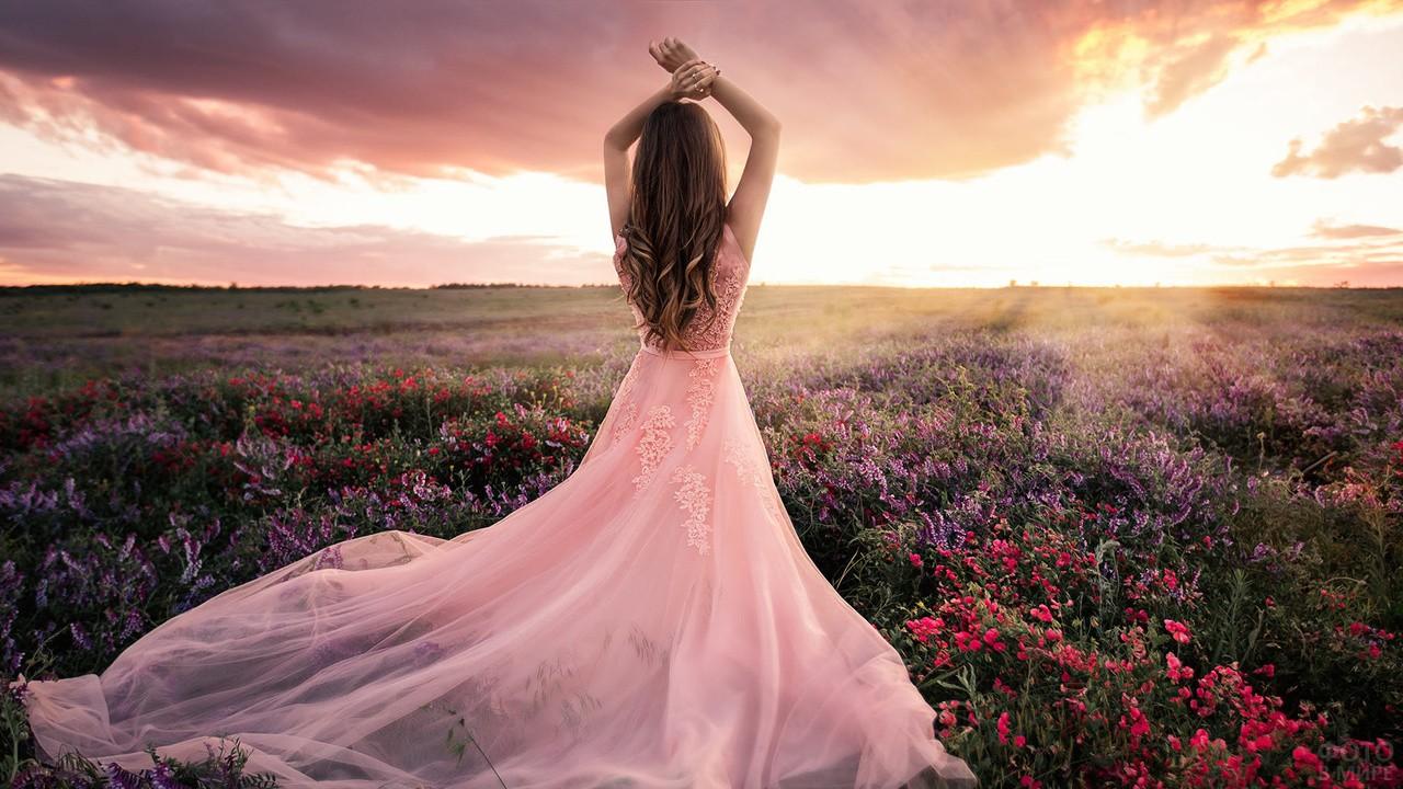 Девушка в воздушном розовом платье среди цветов