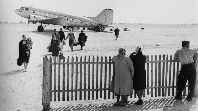 Архивное фото пассажиров на лётном поле аэропорта в Сургуте, 1964 год
