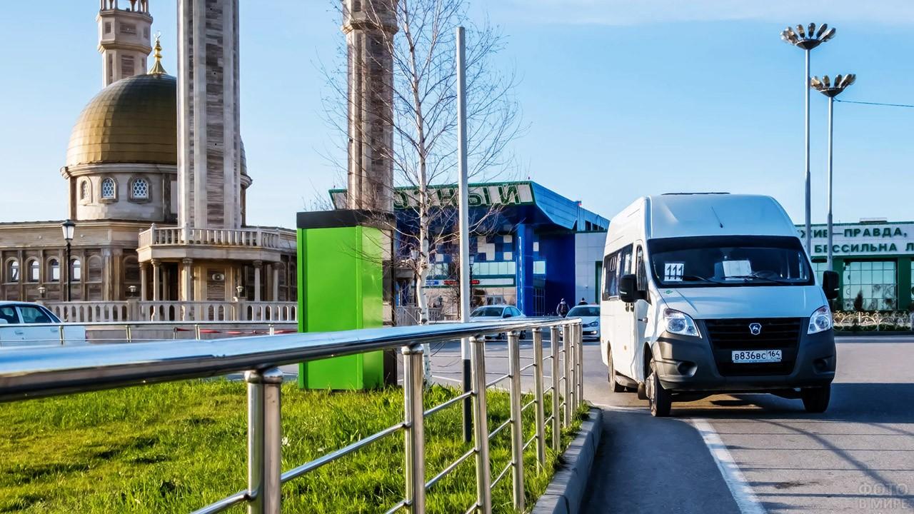Маршрутка выезжает с парковки аэропорта Северный в Грозном
