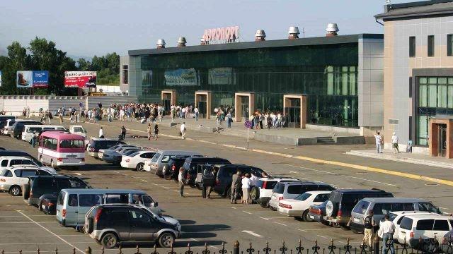 Парковка перед аэровокзалом во Владивостоке