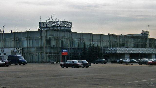 Парковка перед закрытым аэропортом Быково