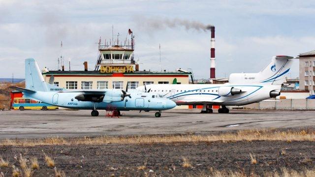 Пассажирские самолёты на перроне аэропорта в Воркуте