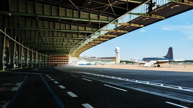 Перрон берлинского аэропорта Темпельхоф