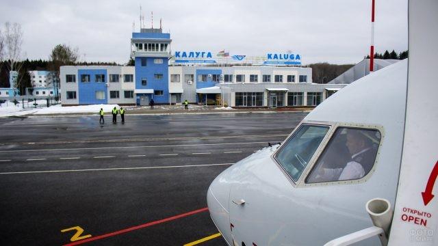 Пилот в кабине самолёта на ВПП калужского аэропорта