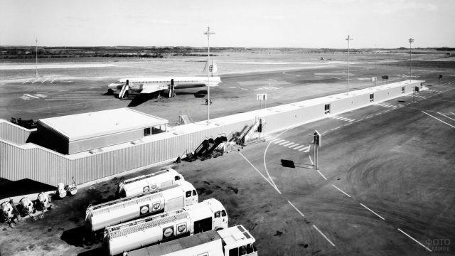Ретро-фото самолёта на ВПП