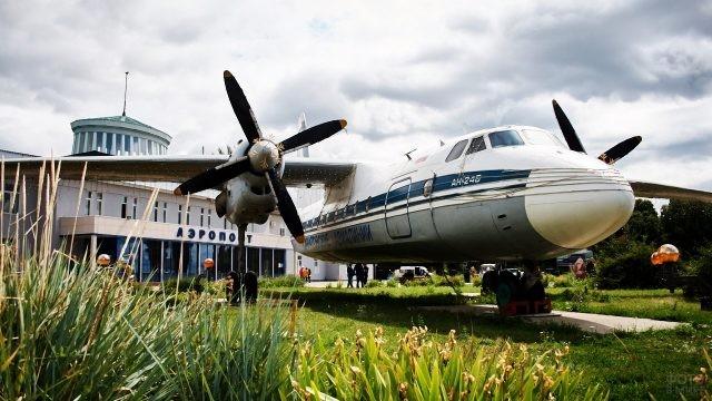 Ретро-самолёт на постаменте перед старым аэропортом в Самаре