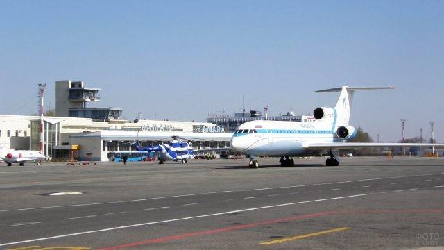 Самолёт на перроне самарского аэропорта Курумоч