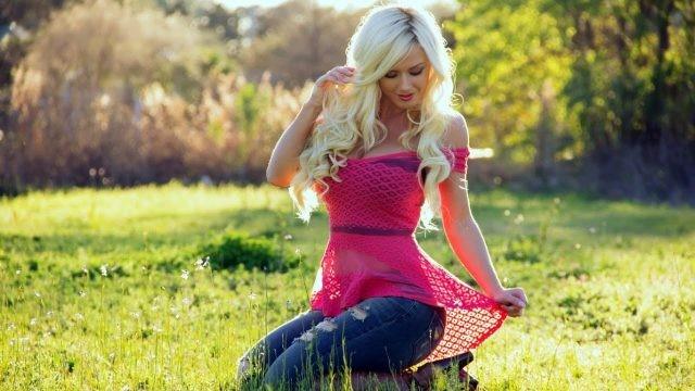 Аида Ридич на лугу с обесцвеченными волосами