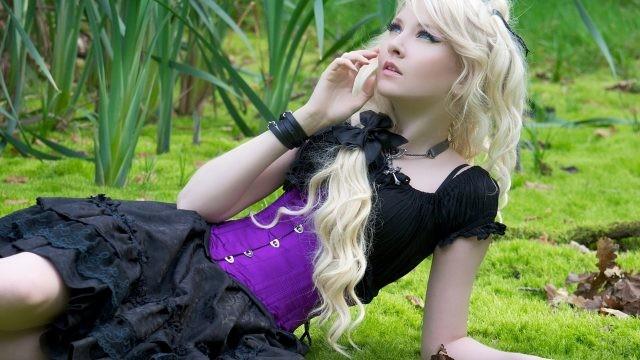 Блондинка с длинными волосами смотрит вверх