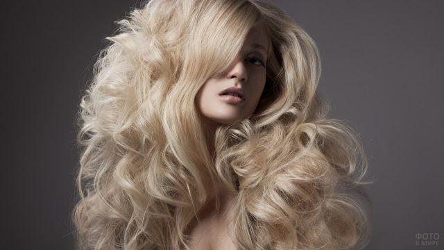 Блондинка с пышными локонами