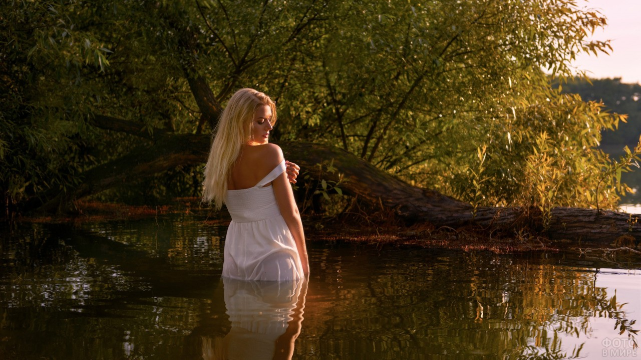Блондинка стоит в воде