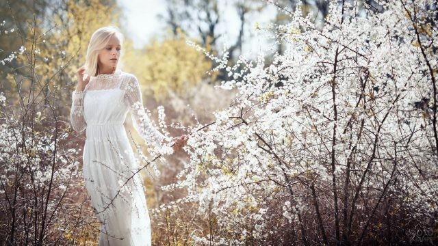 Блондинка в белом платье весной