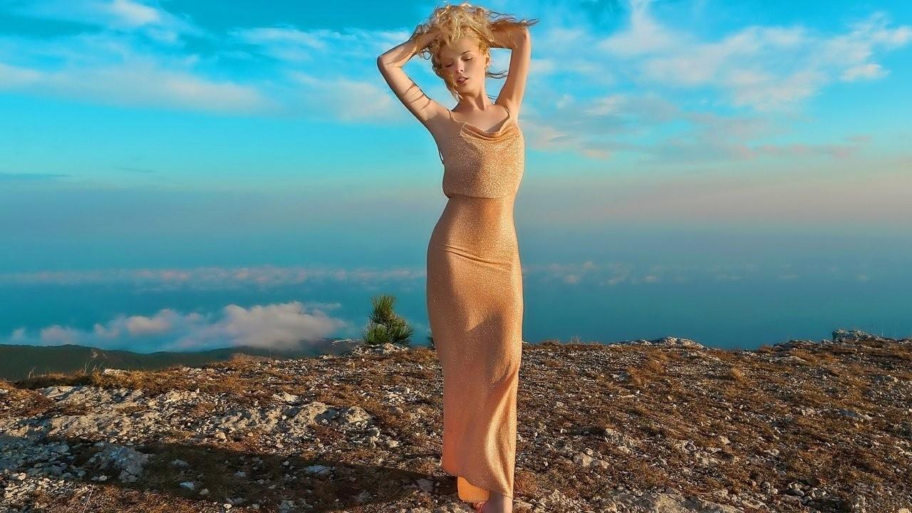 Блондинка в длинном платье