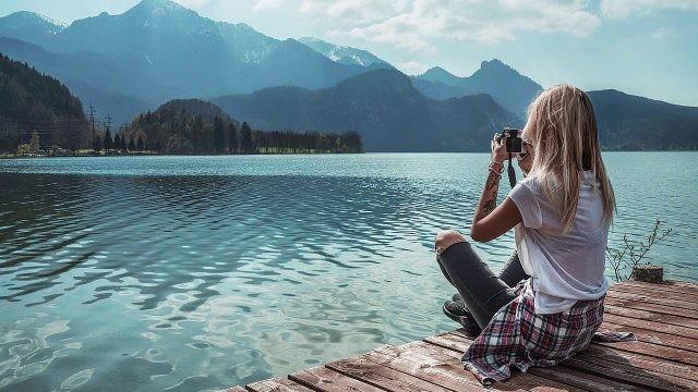 Девушка фотографирует на причале