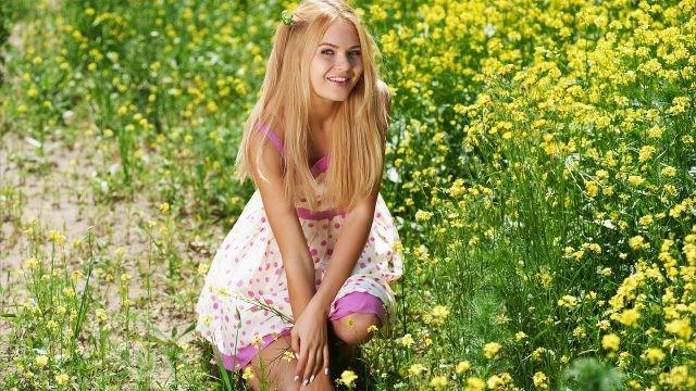 Девушка на цветущем лугу