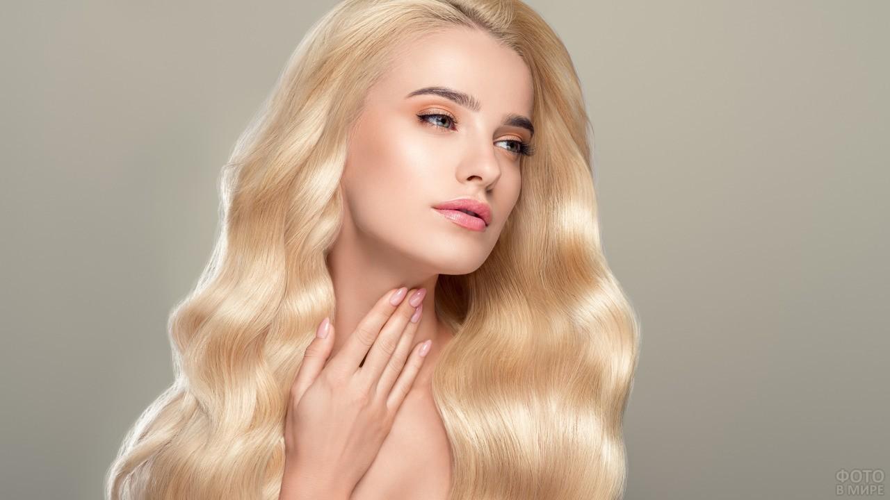 Девушка с белокурыми ухоженными волосами