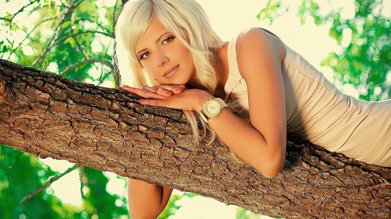 Девушка с часами на стволе дерева
