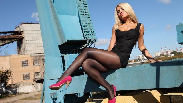 Блондинка в розовых туфлях