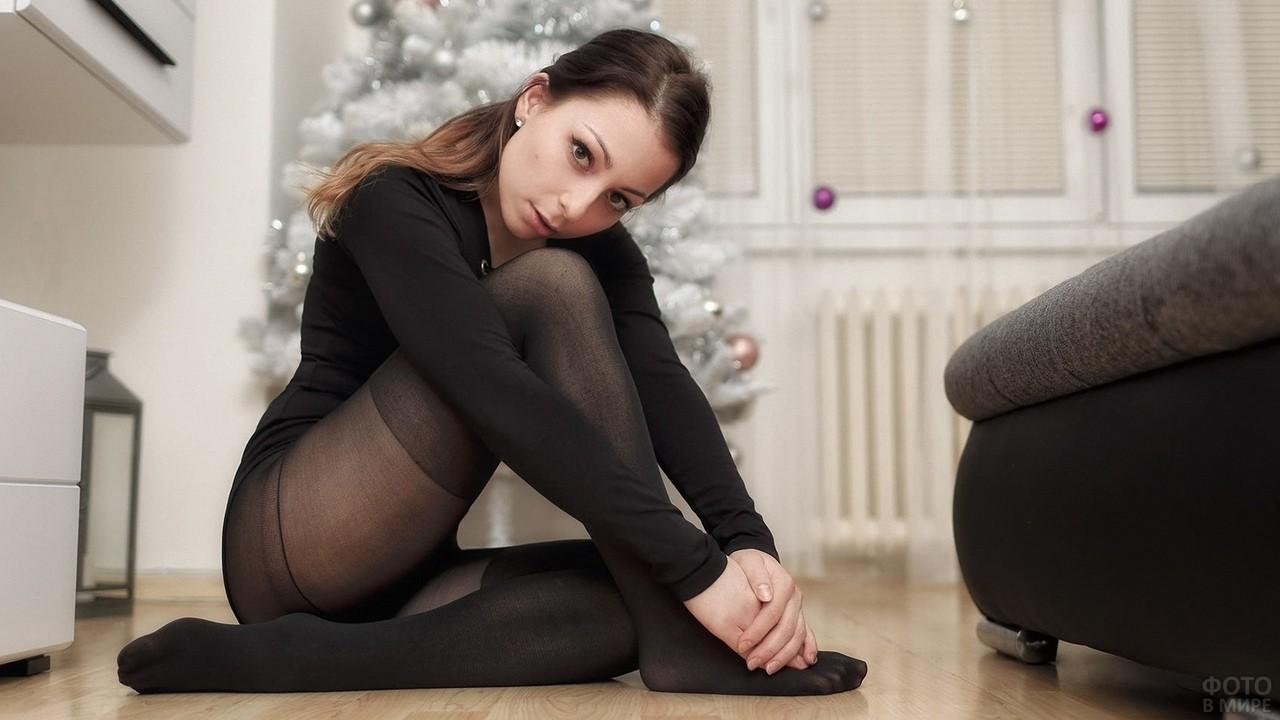 Девушка на полу около ёлки