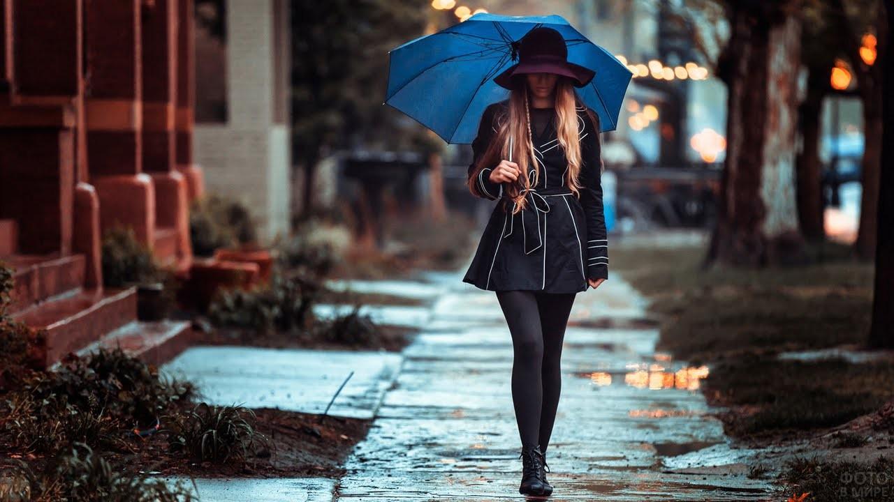 Девушка под зонтом в дождливую погоду