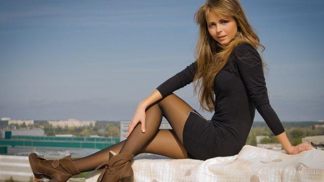 Девушка в чёрном платье и колготках