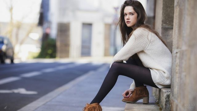 Девушка в свитере на улице