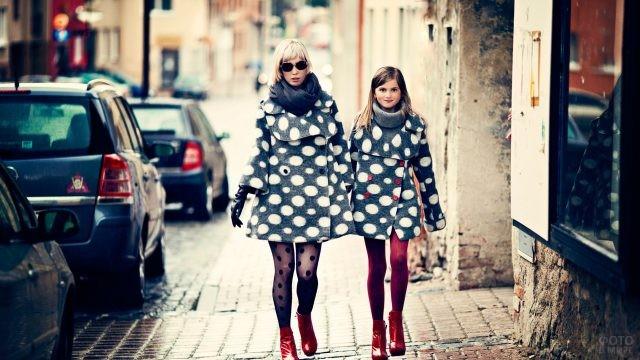 Девушки идут по городу