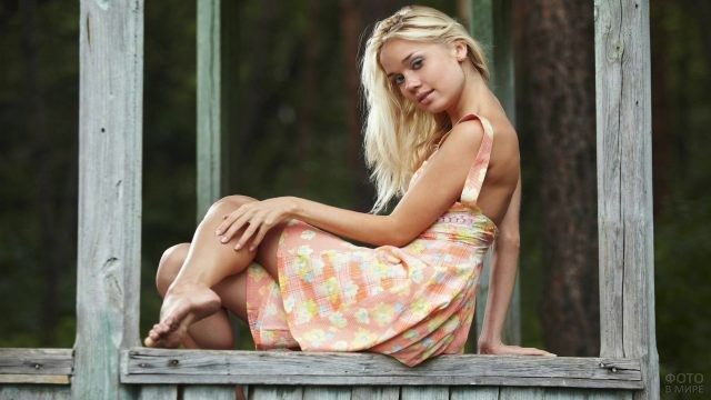 Блондинка сидит на раме