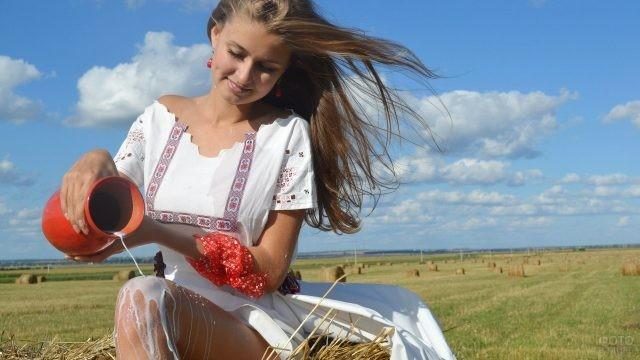 Девушка льёт молоко